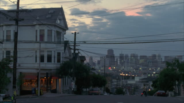 vidéos et rushes de ms house at street corner, downtown skyline in background, san francisco, california, usa - coin