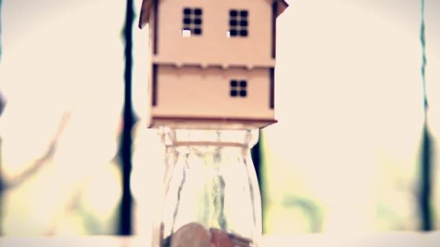 Haus Krug Glas Münzen Geld sparen