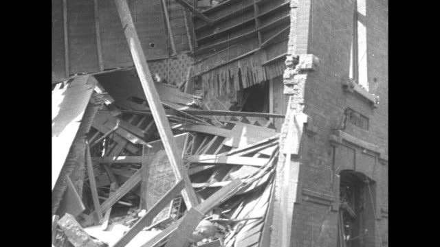 vidéos et rushes de house debris with policeman and three soldiers on site / vs smoldering debris / pile of mangled metal / soldiers crouched around metal beam in debris... - émigration et immigration