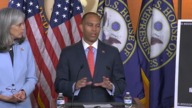 house democratic caucus chairman hakeem jeffries of new york answers a reporter question to set the record straight and confirm if the house was in... - ordförande bildbanksvideor och videomaterial från bakom kulisserna