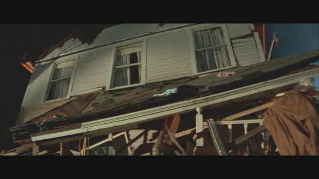 vídeos y material grabado en eventos de stock de cu, la, house destroyed by tornado at night, usa  - derribado