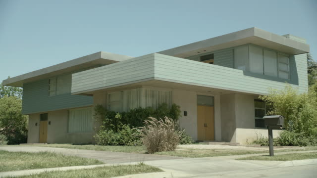 vídeos y material grabado en eventos de stock de pan a house in los angeles / california - establishing shot
