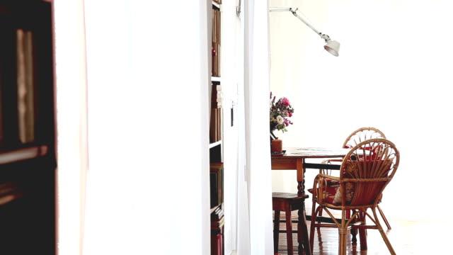 vídeos y material grabado en eventos de stock de dolly: interior de la casa - con mucha luz