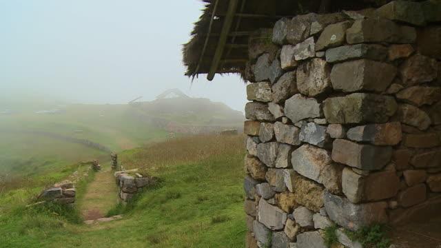 vídeos de stock e filmes b-roll de a house made from rocks - orvalho