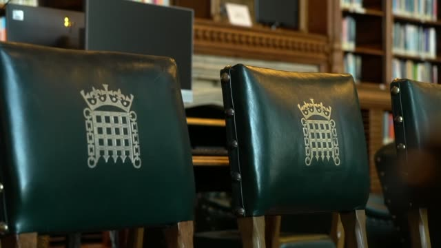 house of commons interior gvs; england: london: westminster: houses of parliament: int interior gvs of the house of commons library - britisches unterhaus stock-videos und b-roll-filmmaterial
