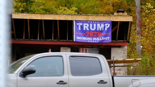 """house on indiana state road 39 is decorated with a trump 2020 flag reading, """"no more bullshit"""" - 米国大統領選挙点の映像素材/bロール"""