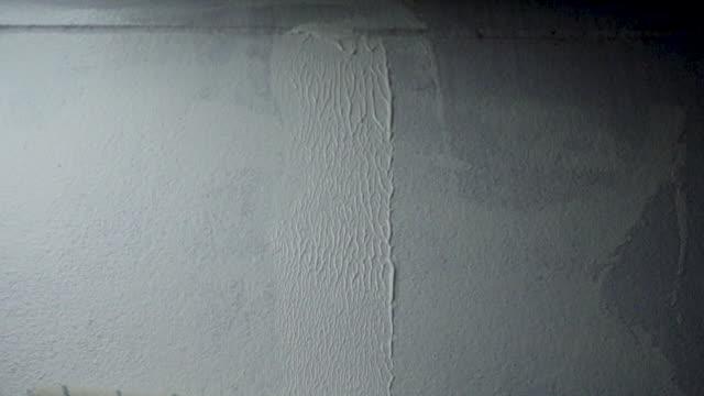anstreicher malerei gebäudehülle mit walze - gebäudefront stock-videos und b-roll-filmmaterial