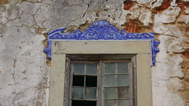 house ruin in the old town of cascais, coast of lisbon, portugal - カスカイス点の映像素材/bロール
