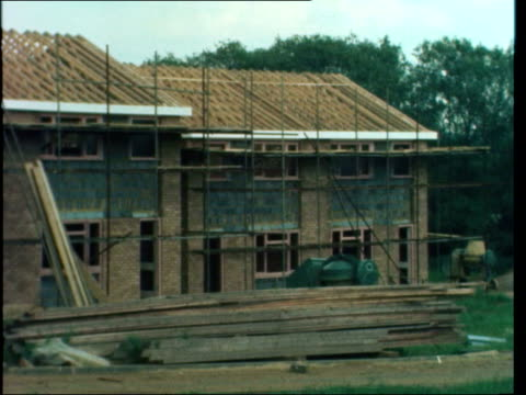 leighton buzzard ms notice 'for sale' on new estate lv new houses cs ms new terrace houses pan rl site ms one terrace of houses pill ms timber... - レイトンバザード点の映像素材/bロール