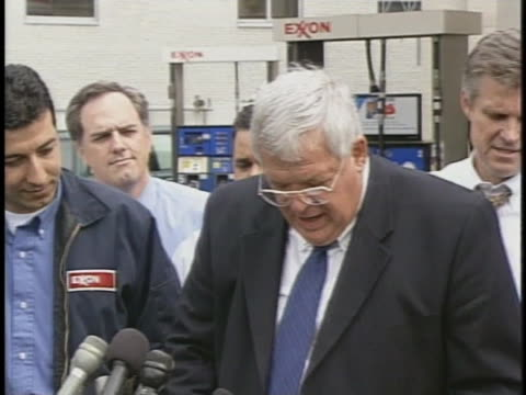stockvideo's en b-roll-footage met us house speaker dennis hastert talks about gas prices at a washington dc gas station - benzineprijzen