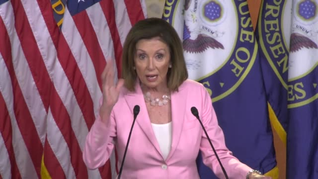 vidéos et rushes de house speaker nancy pelosi of california tells reporters at a weekly press conference that one of democrats first act was to pass a background checks... - pupitre