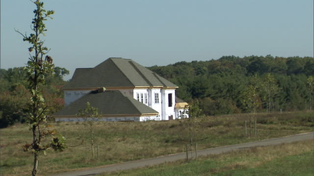 vídeos de stock, filmes e b-roll de ws house under construction in rural setting / washington dc, usa - imperfeição