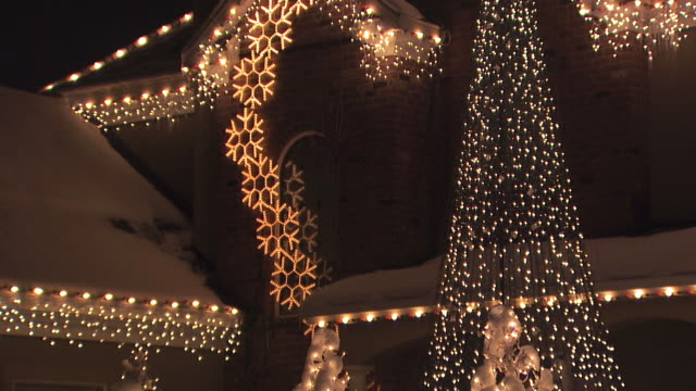 house with christmas lights - luce natalizia video stock e b–roll