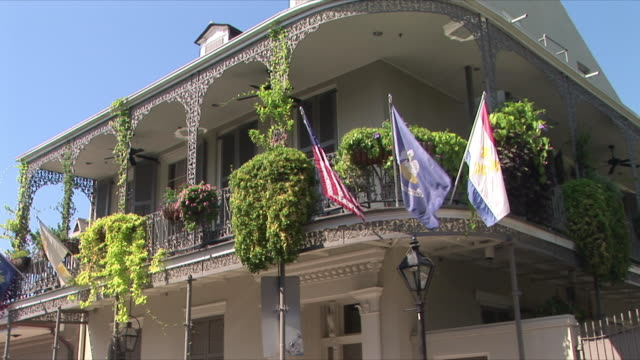 ms la house with flags on balcony, french quarter, new orleans, louisiana, usa - 建物の正面点の映像素材/bロール