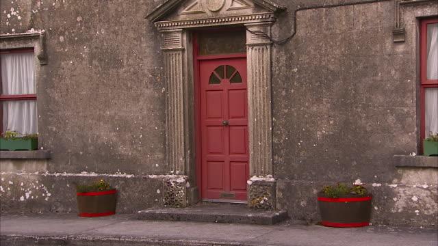 vídeos de stock e filmes b-roll de house with red doors and windows - república da irlanda