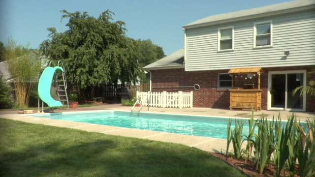 vidéos et rushes de ws, house with swimming pool in back yard, middlesex, new jersey, usa - rebord de piscine