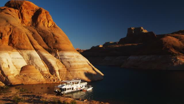 vidéos et rushes de houseboat on a desert lake - lac powell