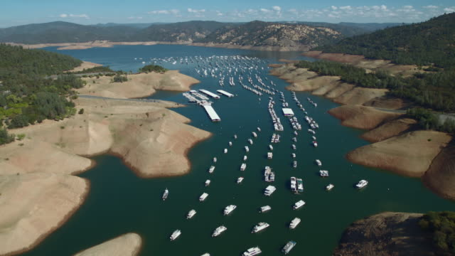 houseboats and floating campsites along bidwell canyon marina on lake oroville, california. - 低い点の映像素材/bロール