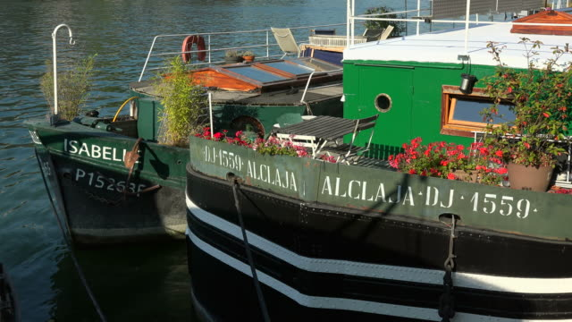 vídeos de stock e filmes b-roll de houseboats at quai de tuileries, seine river, paris, ile de france, france - barco casa