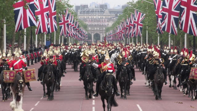 household cavalry parade at buckingham palace - british military stock-videos und b-roll-filmmaterial