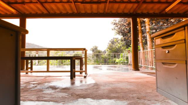 家庭用家具を備えた雨の日