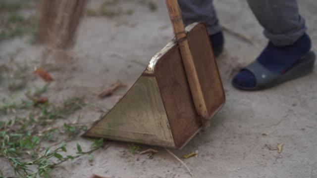 vídeos y material grabado en eventos de stock de personal de limpieza de follaje, persona irreconocible - barrer