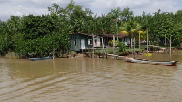 vídeos de stock e filmes b-roll de houses along the canal of marajo in belem do pará - cabana estrutura construída
