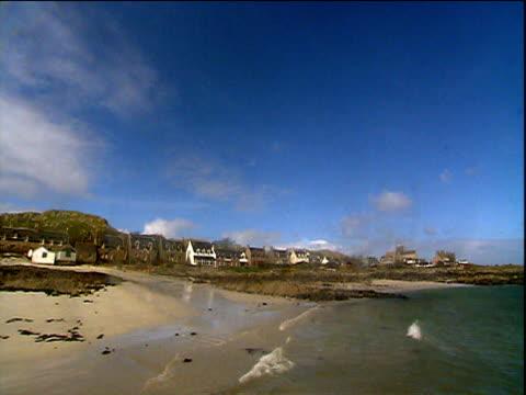 vídeos y material grabado en eventos de stock de houses and beaches of iona hebrides - oveja merina