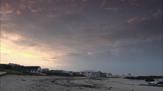 vídeos y material grabado en eventos de stock de ws houses and buildings on beach at sunrise / cape town, western cape, south africa - provincia occidental del cabo