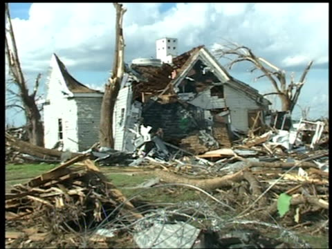 houses and cars wrecked by tornado, greensburg, kansas; 10 may 2007 - veicolo di terra per uso personale video stock e b–roll