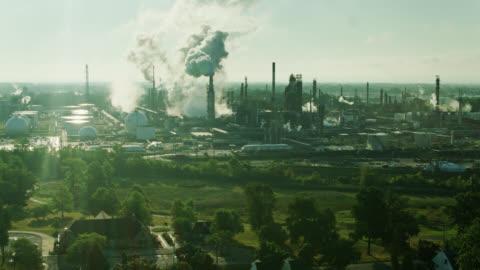 vidéos et rushes de maisons et parc à côté d'une énorme raffinerie de pétrole à east toledo, ohio - aerial - ohio