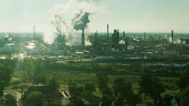 hus och park bredvid huge oljeraffinaderi i east toledo, ohio - aerial - ohio bildbanksvideor och videomaterial från bakom kulisserna
