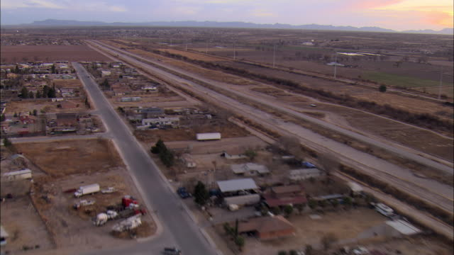 low aerial houses and roads along us-mexican border at el paso, texas, usa - 地理的境界点の映像素材/bロール