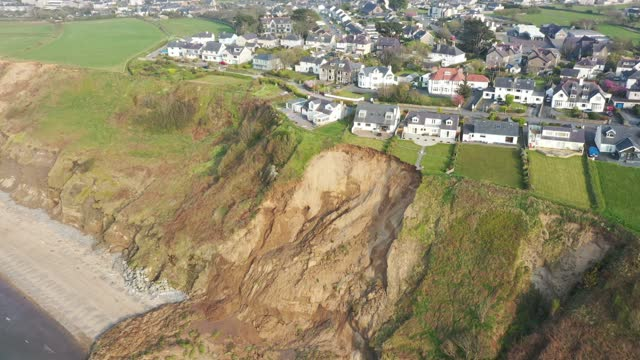 vidéos et rushes de houses are seen next to the cliff edge after a landslide at nefyn beach in gwynedd, north wales on april 21 in nefyn, wales. after the large landslip... - falaise