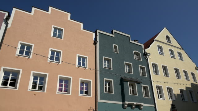 vídeos de stock e filmes b-roll de houses at the city square in tittmoning, rupertiwinkel, upper bavaria, bavaria, germany - alemanha