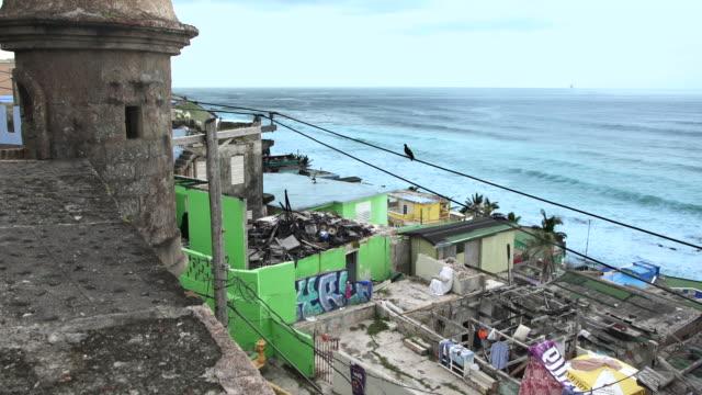 vídeos de stock, filmes e b-roll de casas danificadas pelo furacão maria em la perla, san juan, puerto rico - porto riquenho