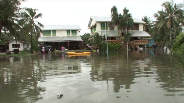 stockvideo's en b-roll-footage met houses flooded by rising tides funafuti tuvalu - pacifische eilanden