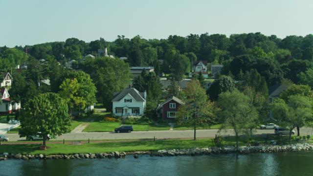 houses in sturgeon bay, michigan - drone shot - ウィスコンシン州点の映像素材/bロール
