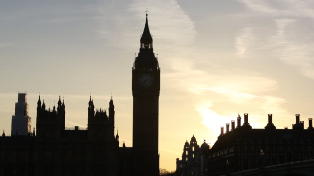 houses of parliament and big ben, london, uk at sunset. - demokratie stock-videos und b-roll-filmmaterial