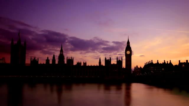 houses of parliament und big ben, london bei sonnenuntergang - city of westminster london stock-videos und b-roll-filmmaterial