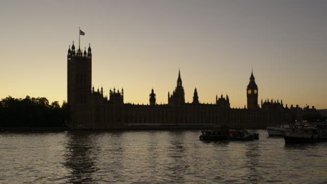 vídeos de stock e filmes b-roll de ws houses of parliament and river thames at dusk/london uk - ancorado