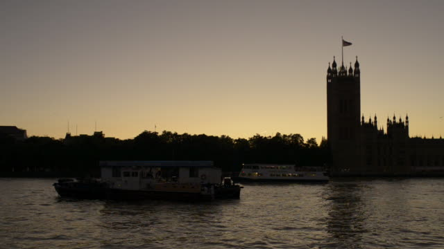 vídeos de stock e filmes b-roll de pan houses of parliament and river thames at dusk/london uk - ancorado