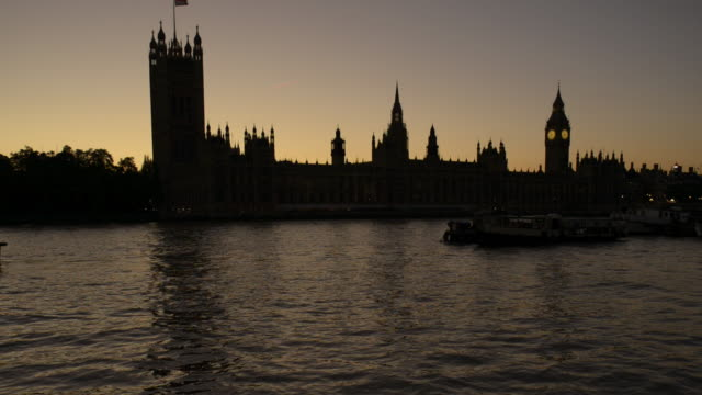 TU Houses of Parliament and River Thames at Dusk/London UK