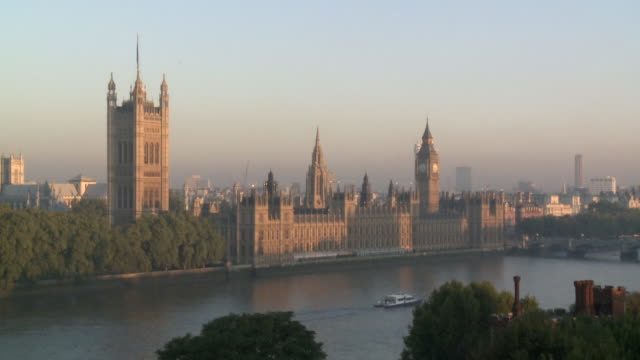 ls ha houses of parliament and river thames - parliament building stock-videos und b-roll-filmmaterial