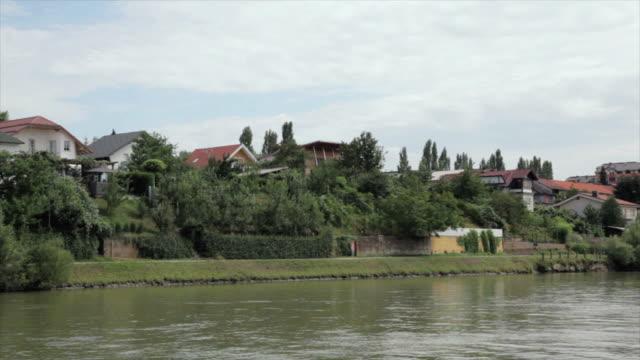 vídeos de stock e filmes b-roll de ds houses on a riverbank / maribor, slovenia - formato letterbox