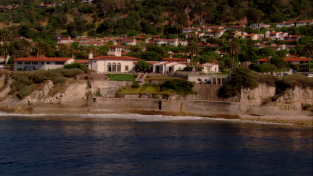 stockvideo's en b-roll-footage met pan, ms houses on palos verdes coastline, california, usa - noordelijke grote oceaan