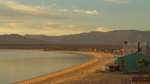 houses on sunny beach on sea of cortez / bahia san luis gonzaga, baja california norte, mexico - バハカリフォルニア点の映像素材/bロール