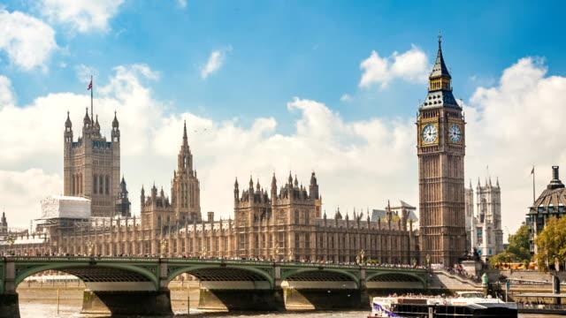 テムズ川、ロンドン、英国で晴れた日の家議会、時計塔、ビッグ ・ ベン、橋交通車 - 英国文化点の映像素材/bロール