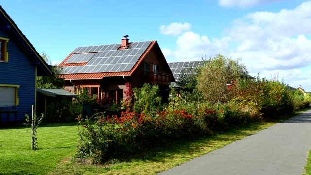 stockvideo's en b-roll-footage met houses with solar panels - dak
