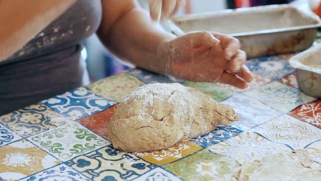 小麦粉を入れてパン生地をこねする主婦 - サワードウパン点の映像素材/bロール